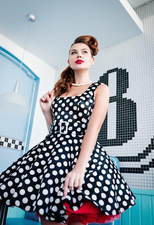 Speld op stijlportret van mooi jong meisje in kleding Retro wijnoogst Het type van de brievendoopvont van de typografie stock afbeeldingen