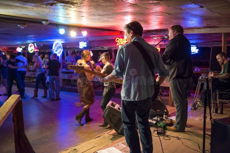 Spelen en de mensen die van de country muziekband in Gebroken dansen spraken disco in Austin, Texas royalty-vrije stock foto