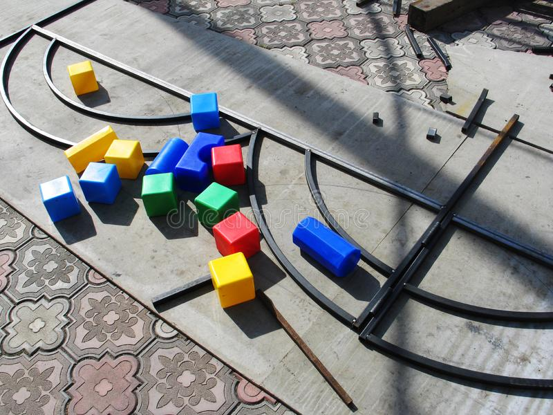 Spelen met children& x27; s onderwijsspeelgoed kleurrijke openlucht stock afbeeldingen