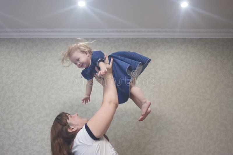 spelen met een kleine baby mom stock foto's