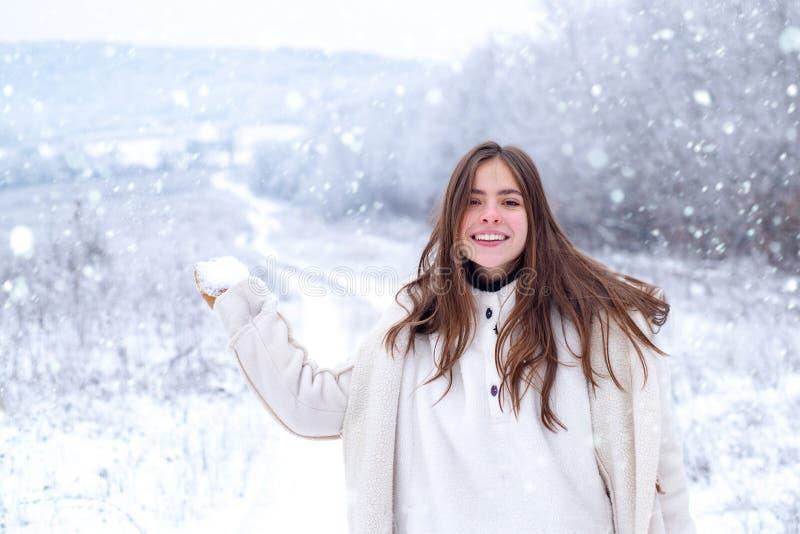 Spelen met sneeuw en plezier in het winterpark Sneeuwmeisje Activiteit lachend meisje tijdens winterreizen Spelen met sneeuw royalty-vrije stock foto