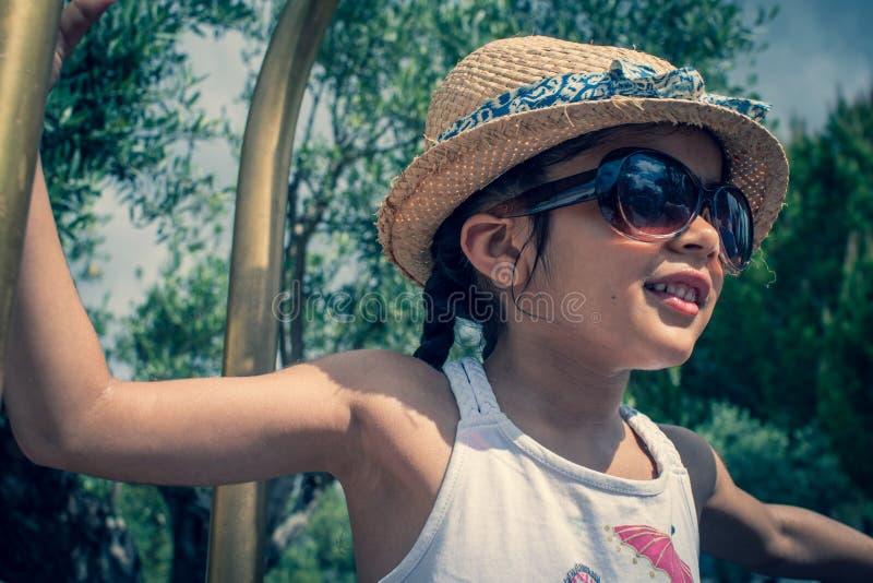 spelen van het 5 éénjarigen de Britse Indische meisje op een bagagerek bij een hotel royalty-vrije stock foto's