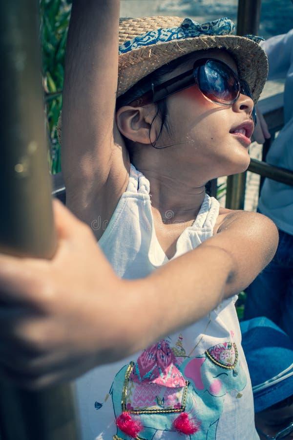 spelen van het 5 éénjarigen de Britse Indische meisje op een bagagerek bij een hotel stock afbeelding