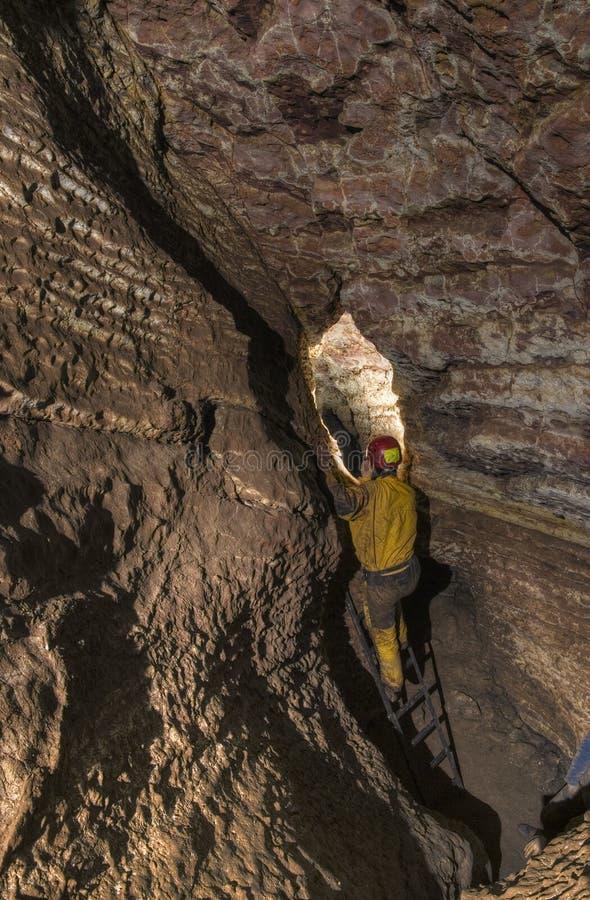 Speleologist μπροστά από τη δύσκολη θέση στη σπηλιά στοκ εικόνες με δικαίωμα ελεύθερης χρήσης