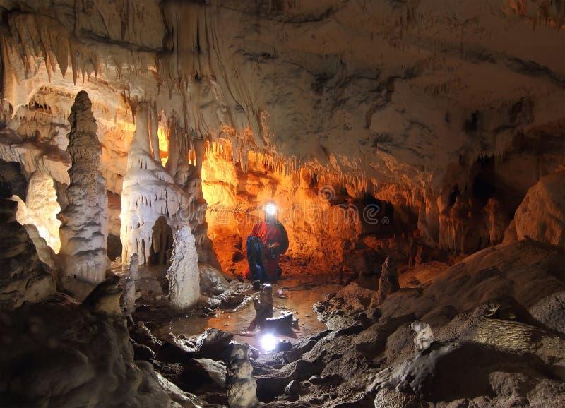 Speleologist que explora la cueva fotografía de archivo libre de regalías
