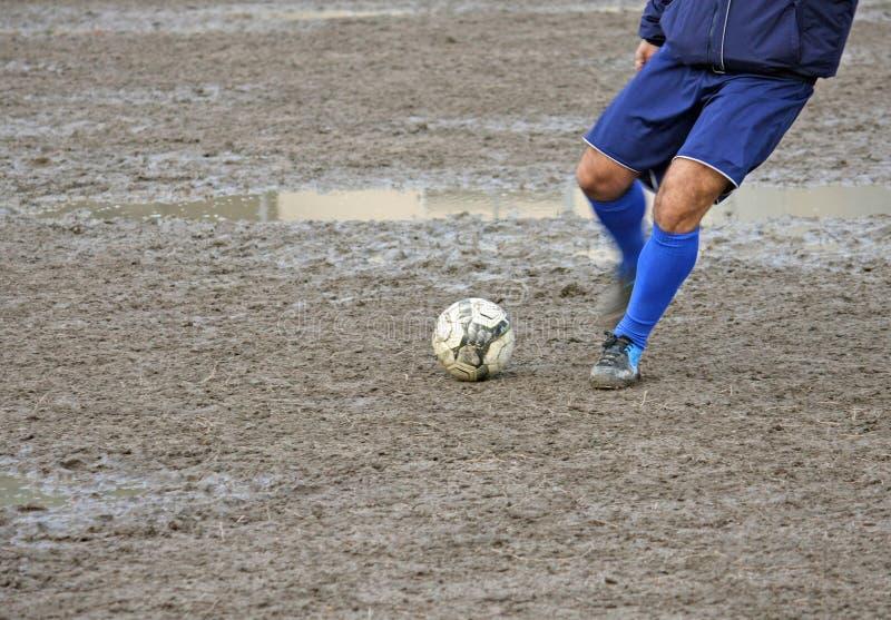 Speler die de bal tijdens een voetbalwedstrijd neemt stock foto's