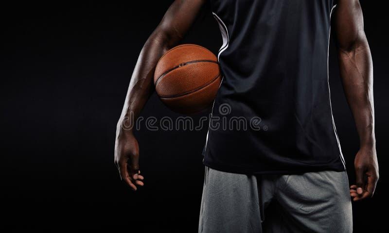 Speler die van het Afro de Amerikaanse basketbal een bal houden royalty-vrije stock afbeeldingen