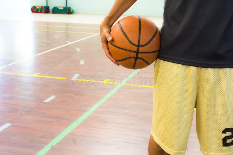 Speler met basketbal royalty-vrije stock afbeelding