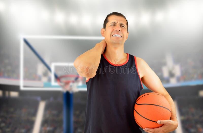 Spelerbasketbal met verwonde hals stock afbeelding