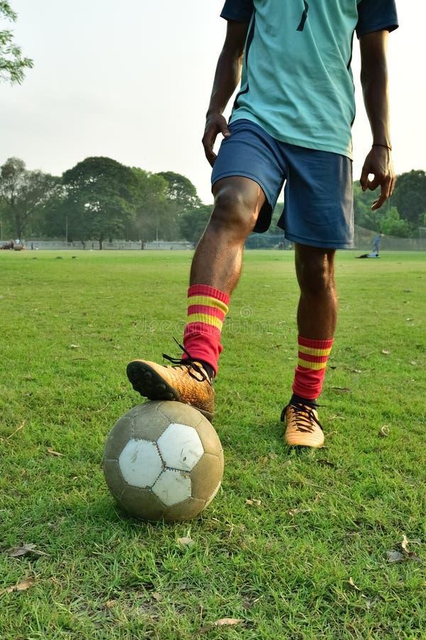 Spelervoetbal het jongleren met royalty-vrije stock afbeelding