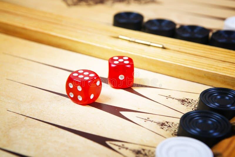 Spelgebied in een backgammon met kubussen en tellers stock afbeelding