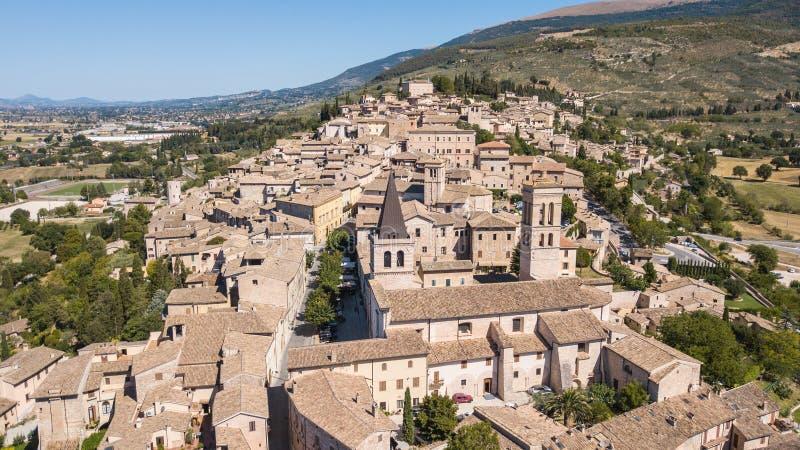 Spello, один из самого красивого маленького города в Италии Вид с воздуха трутня деревни стоковое фото rf