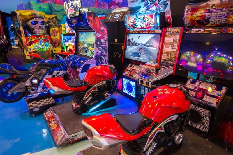 spelmachines bij de Heldenstad op het MBK-Centrum, een winkelcomplex Bangkok is één van de de bestemmingssteden van de werelden h royalty-vrije stock afbeelding