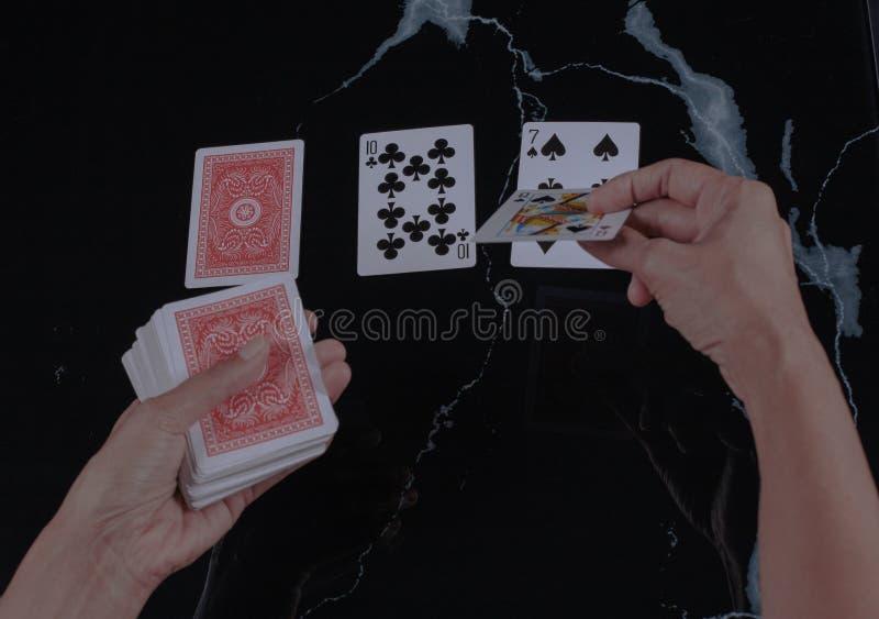 Spelnacht spelen sommige kaarten royalty-vrije stock fotografie