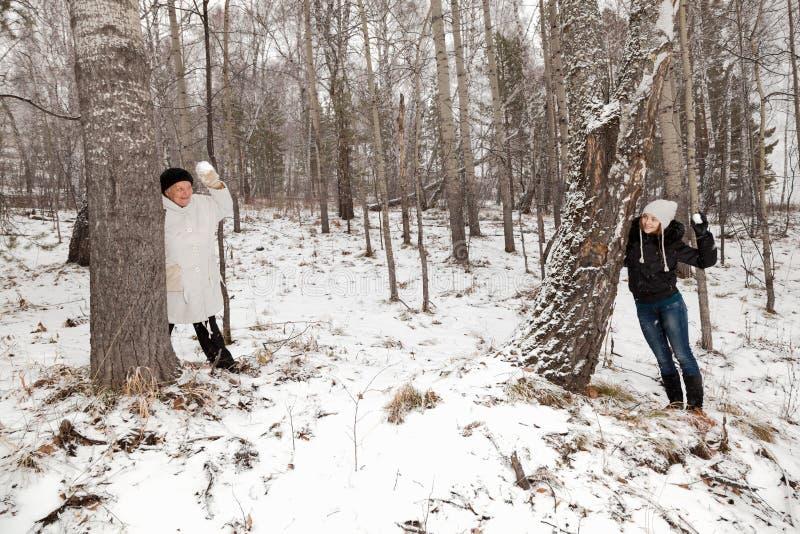 Spelrum kastar snöboll arkivfoton