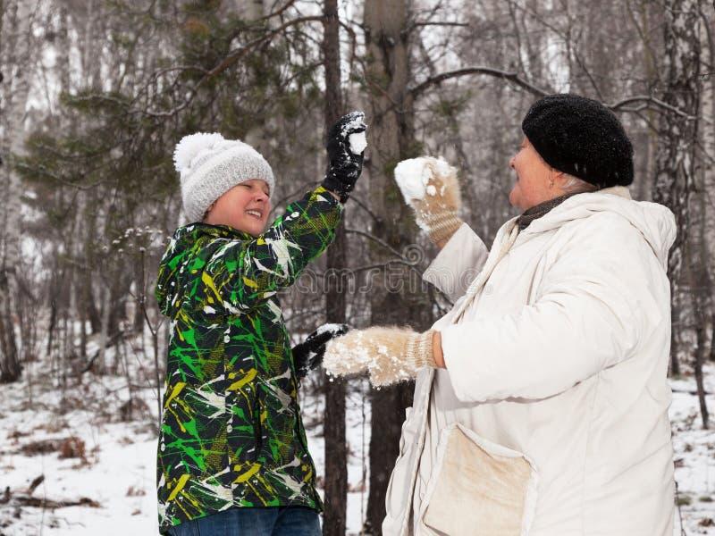 Spelrum kastar snöboll royaltyfri foto