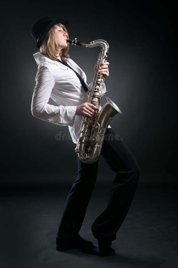 spelrumsaxofonkvinna royaltyfri fotografi