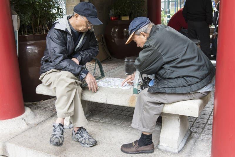 Spelschaak op een bank stock afbeeldingen