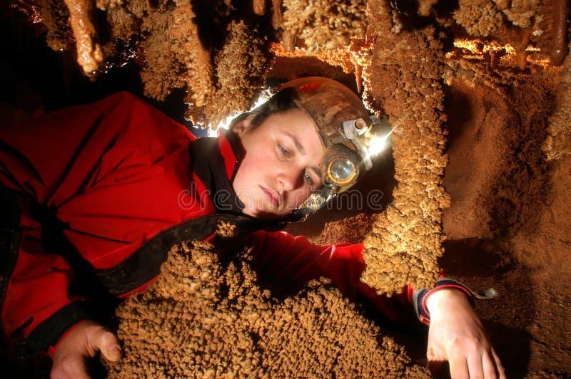Spelunker, der die stalacties bewundert lizenzfreie stockfotos