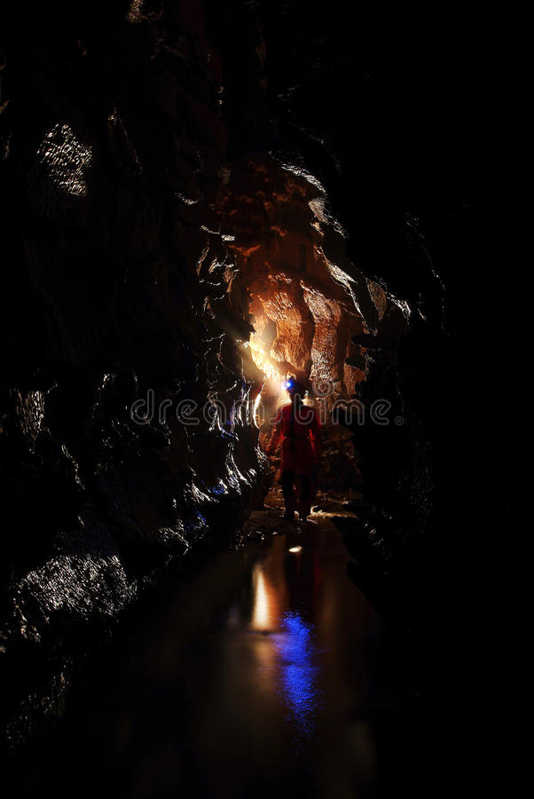 Spelunker, der eine Höhle erforscht lizenzfreie stockbilder