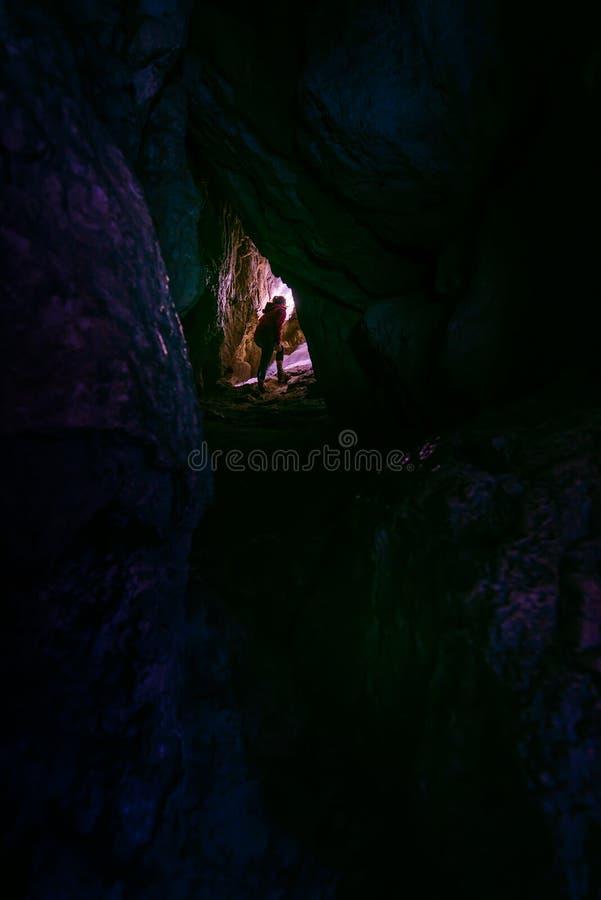 Spelunker do caver da mulher que explora a caverna imagem de stock royalty free