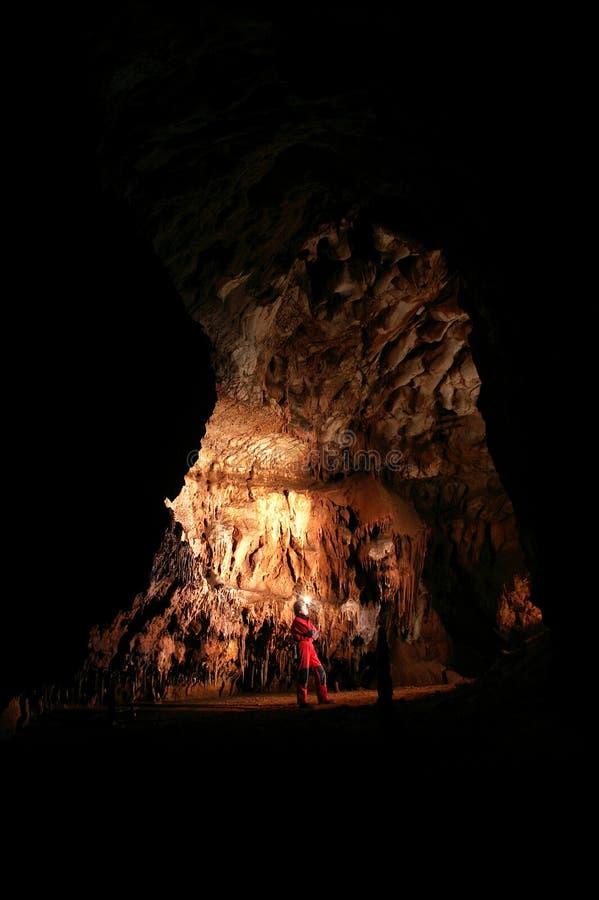 Spelunker em uma caverna fotografia de stock royalty free