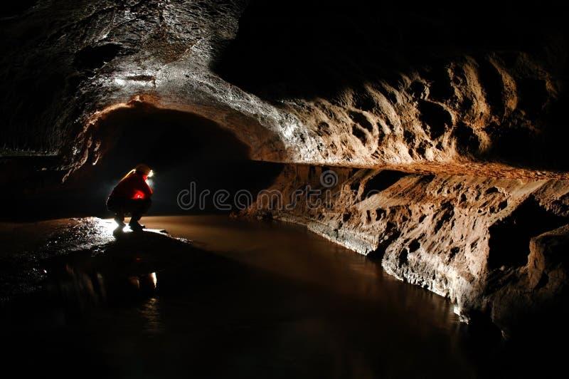 Spelunker que explora a caverna imagem de stock royalty free