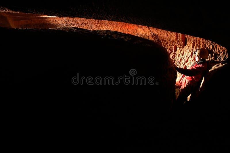 Spelunker que explora uma caverna foto de stock royalty free