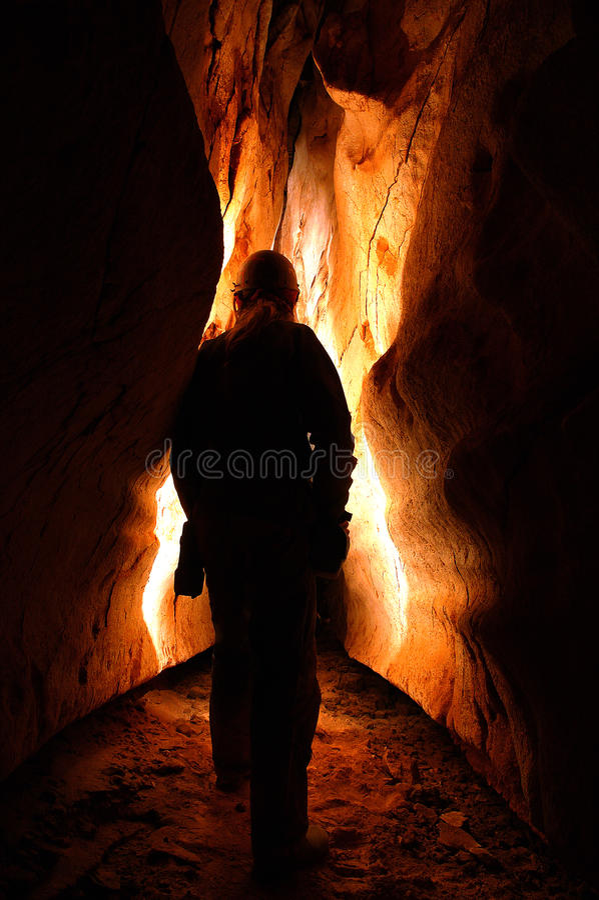 Spelunker que explora uma caverna foto de stock