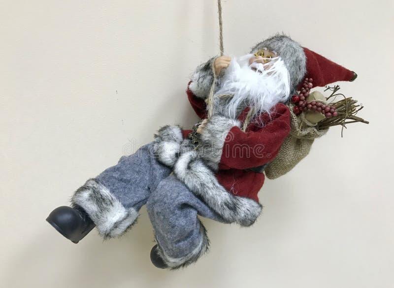 Spelunking Санта Клаус снимает вниз стену офиса стоковые изображения