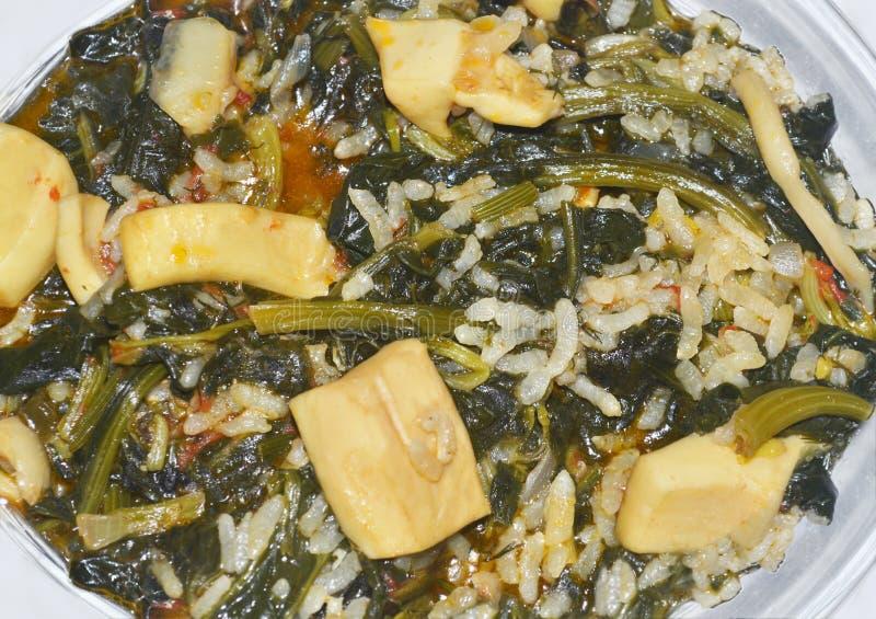 Spenat med ris och bläckfisken - grekisk lenten mat royaltyfri bild