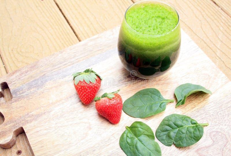 Spenatfruktsaft och spenatblad arkivfoton
