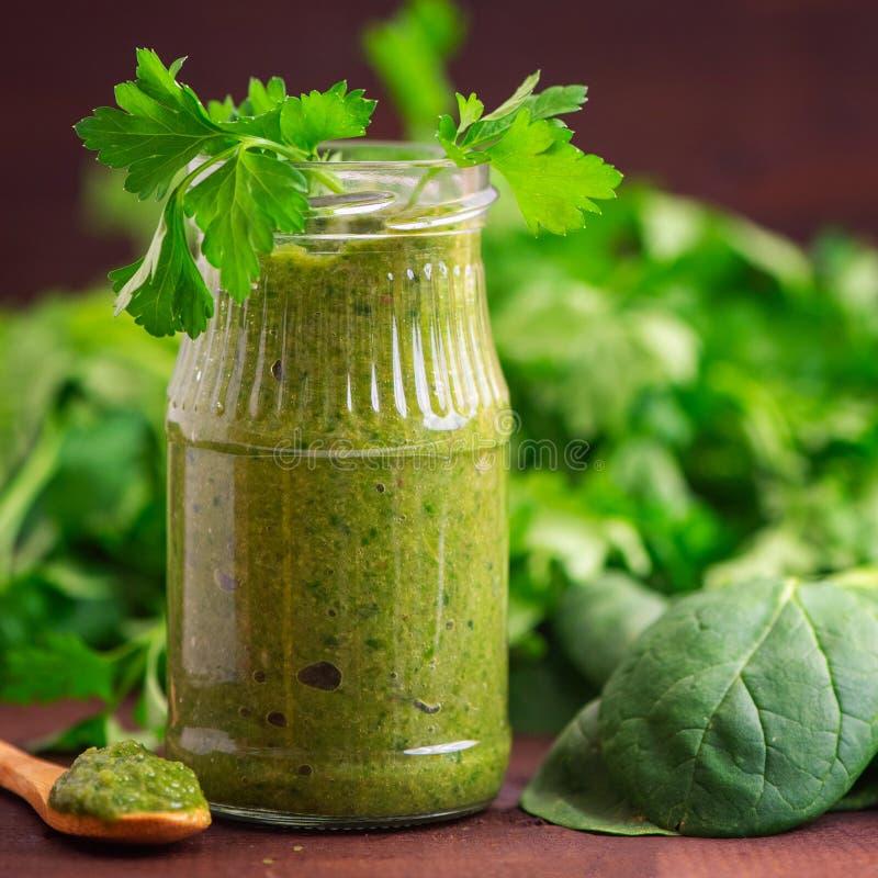 Spenatsmoothies Sund grön fruktsaft med ingredienser på den mörka trätabellen Slapp fokus arkivfoto