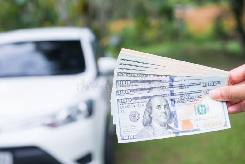 Spenda i dollari dei soldi per comprare l'automobile fotografie stock libere da diritti
