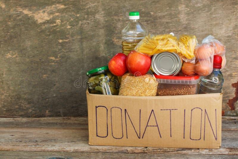 Spendenkasten mit Lebensmittel lizenzfreie stockfotos