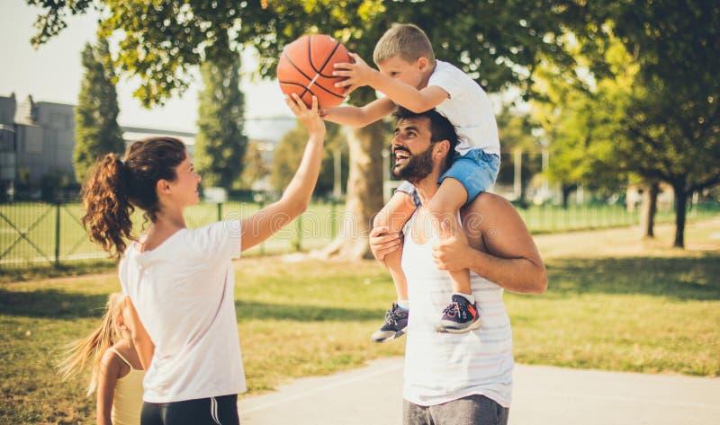 Spendera din dag i en sund väg med din familj arkivfoton
