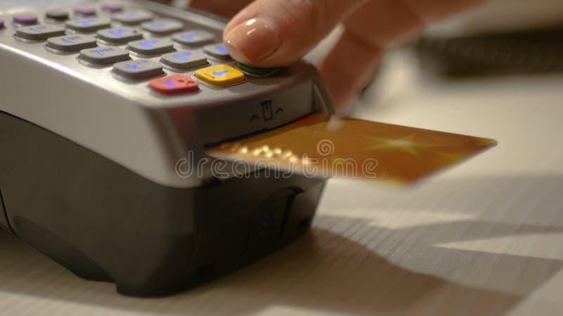 Spendera elektroniska pengar till och med kortet och bankterminalen i lagret HD royaltyfri fotografi