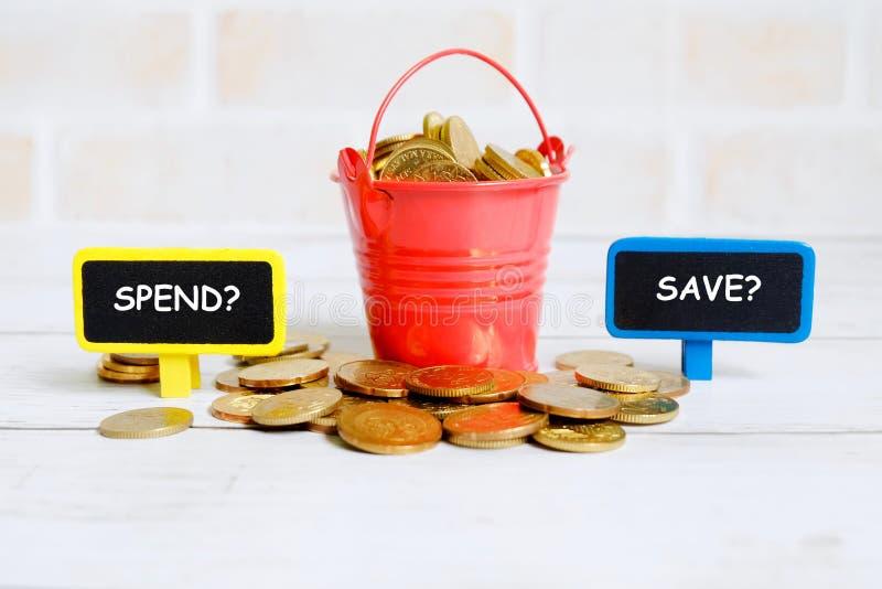 Spendera eller spara? arkivfoto