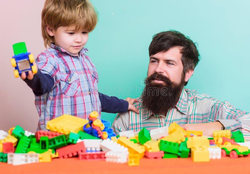 Spendera tid med familjen   F?r?lskelse Barns utveckling Lycklig familjfritid Byggande royaltyfri foto