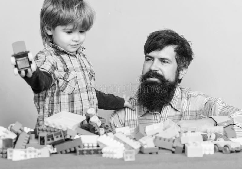 Spendera tid med familjen liten pojke med farsan som tillsammans spelar F?r?lskelse Barns utveckling Lycklig familjfritid Byggand arkivfoto