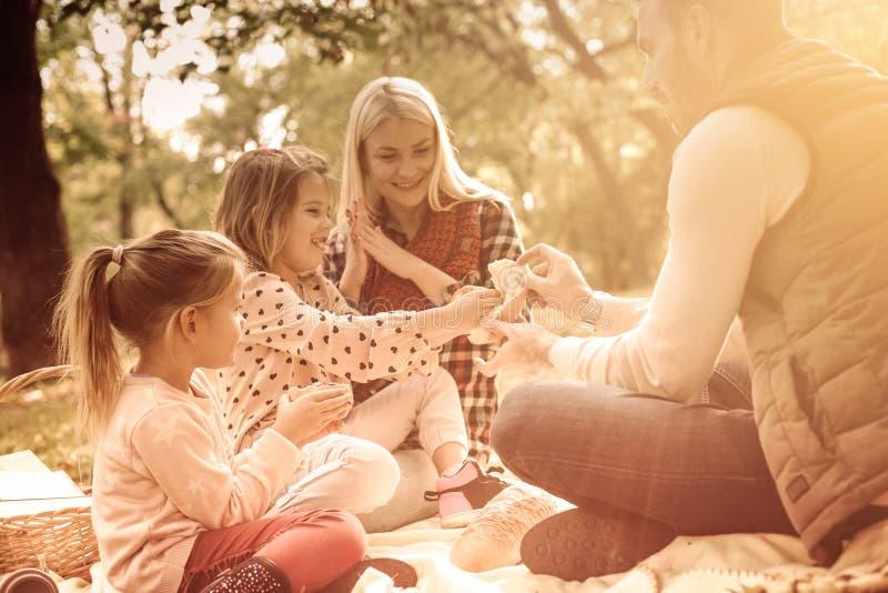 Spendera värdefull tid med din familj royaltyfri fotografi