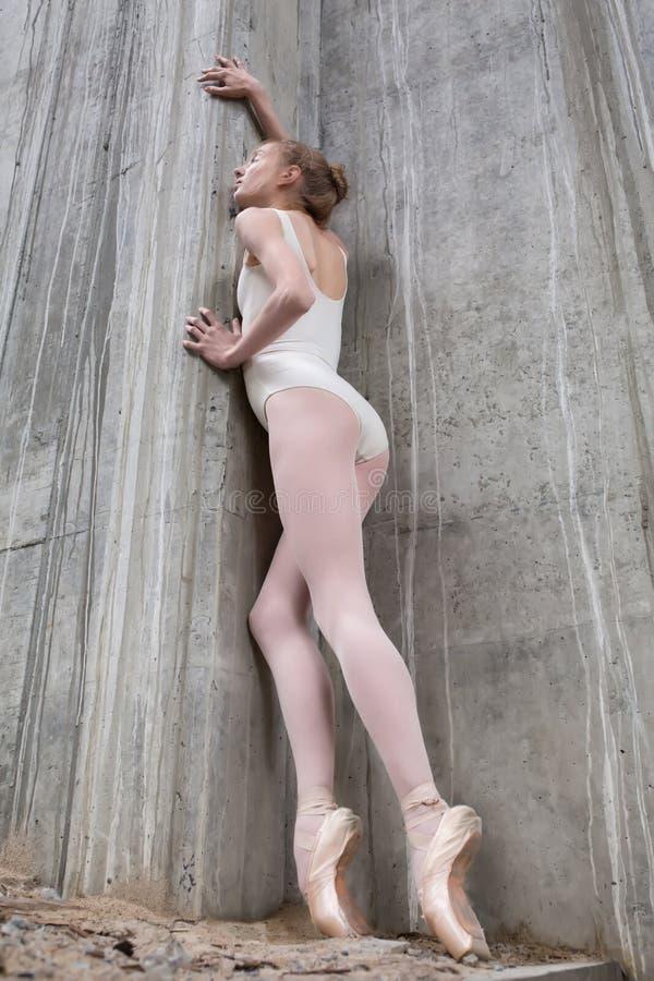 Spenslig ballerina på en bakgrund av betongen royaltyfri fotografi