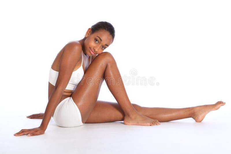 Spenslig huvuddel för härlig afrikansk amerikankvinna royaltyfri fotografi