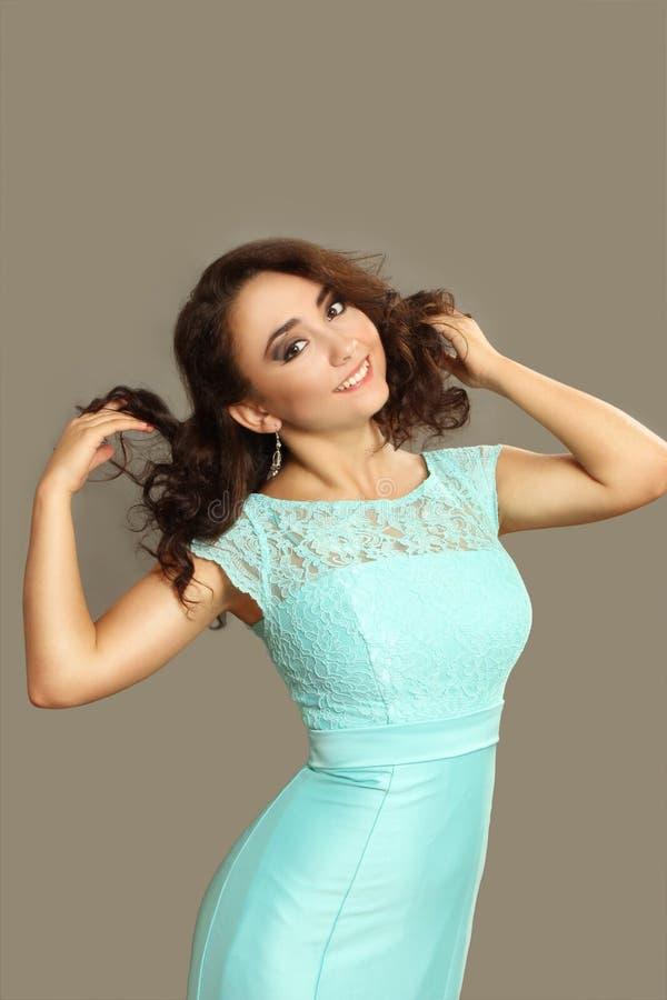 Spenslig ung kvinna i en klänning fotografering för bildbyråer