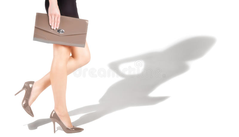 Spensliga kvinnors fot är i beigea skor royaltyfri fotografi