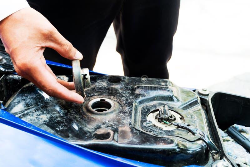 SPeople está abrindo um depósito de gasolina foto de stock