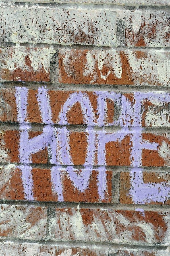 Speranza scritta sul muro di mattoni con gesso immagine stock