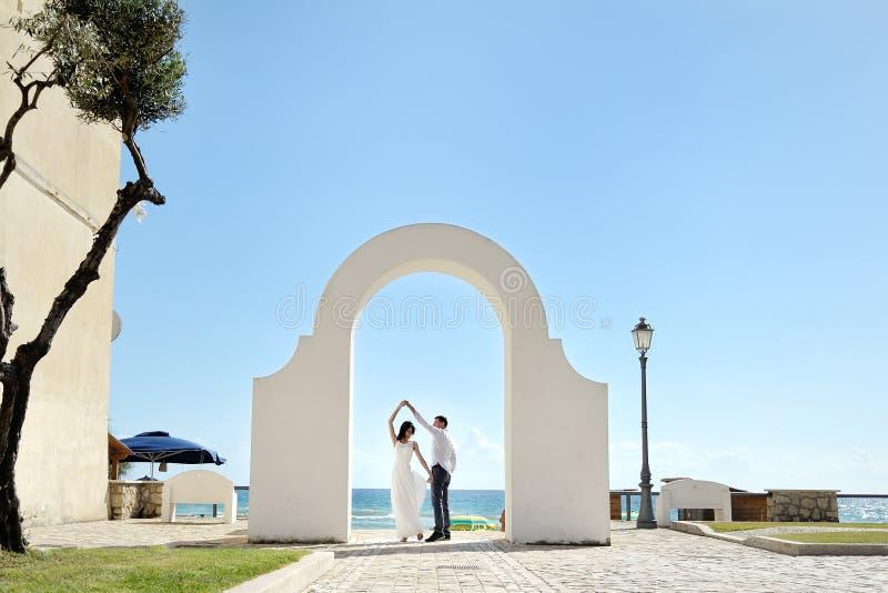 Sperlonga, Italië - paar die onder een witte boog dansen royalty-vrije stock foto