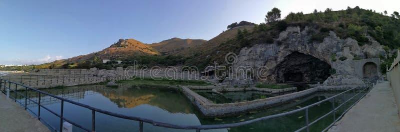 Sperlonga - Overzicht van de Villa van Tiberius royalty-vrije stock afbeeldingen
