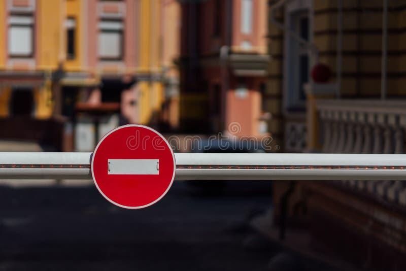 Sperre mit Stoppschild auf ihm stockfotografie